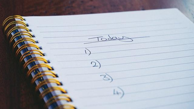 Umzug organisieren klassisch mit Stift und Zettel